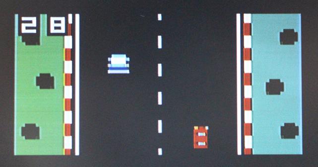 「IchigoJam単体」(上)と「IchigoJam+PanCake」(下)で、同じゲームを作った際の見た目の違い。