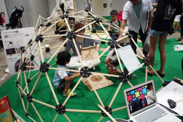 「シブヤツギ」の中で遊ぶ子供たち