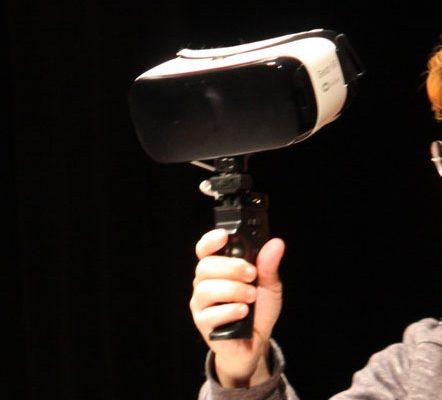 VRデバイスを手に持って使う、一度に複数人で楽しむのにも適している。